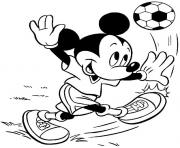 Mickey joue au football dessin à colorier