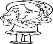 une fille mange une pomme lors de sa pause dessin à colorier