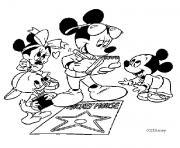 Mickey avec ses enfants dessin à colorier