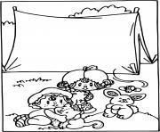 Charlotte aux fraises devant une tente dessin à colorier